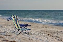 Twee lege ligstoelen. Stock Afbeeldingen