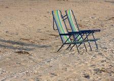Twee lege ligstoelen. Stock Foto's