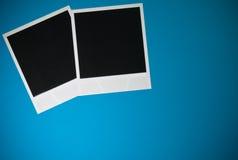 Twee lege onmiddellijke fotokaders op blauwe achtergrond met exemplaar ruimte hoogste mening Royalty-vrije Stock Foto