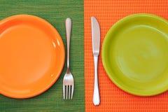 Twee lege platen, groen en oranje royalty-vrije stock afbeeldingen