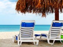 Twee lege stoelen door het overzees Stock Fotografie