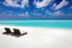 Twee lege sunbeds op een tropisch strand Royalty-vrije Stock Afbeelding