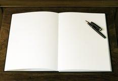 Twee lege witte pagina's en pen Stock Fotografie