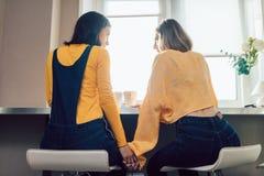 Twee lesbiennes die een snack in de ochtend hebben royalty-vrije stock foto