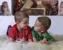 Twee leuke en jongens die, die portret glimlachen spreken Royalty-vrije Stock Afbeeldingen