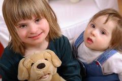 Twee leuke gehandicapte meisjes Royalty-vrije Stock Afbeeldingen