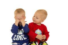Twee leuke jongens die samen het dragen van de winterpyjama's spelen Royalty-vrije Stock Foto