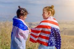 Twee leuke kinderen met de Amerikaanse en vlaggen van Israël royalty-vrije stock fotografie