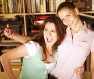 Twee leuke meisjes die foto van zich nemen Stock Afbeeldingen