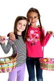 Twee leuke meisjes die hun Pasen-manden steunen Royalty-vrije Stock Afbeeldingen