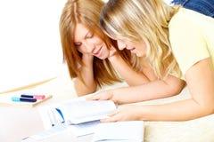 Twee leuke meisjes die met boeken leren Stock Afbeeldingen