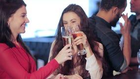 Twee leuke meisjesmeisjes komen bij de bar samen stock footage