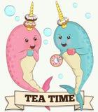 Twee leuke narwaldieren die thee met doughnuts drinken stock illustratie