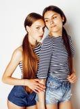 Twee leuke tieners die die pret hebben samen op wit wordt geïsoleerd Stock Afbeeldingen