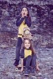 Twee leuke wijfjestiener in gele t-shirt Royalty-vrije Stock Foto