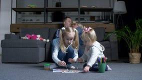 Twee leuke zusters die gevend rust aan ouders schilderen stock videobeelden