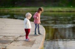 Twee leuke zusters door een rivier royalty-vrije stock afbeeldingen