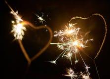 Twee lichten van Bengalen in de vorm van hart branden helder op de donkere achtergrond Royalty-vrije Stock Fotografie