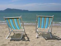 Twee ligstoelen Stock Foto's