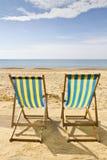 Twee ligstoelen op het strand Stock Afbeeldingen