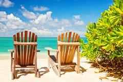 Twee ligstoelen op tropische kust, horizontale samenstelling Royalty-vrije Stock Foto
