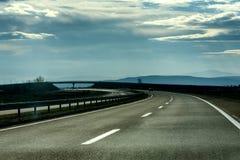 Twee lijn brede weg op een bewolkte de winterdag Stock Foto's