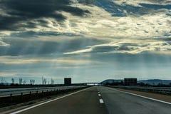 Twee lijn brede weg op een bewolkte de winterdag Stock Afbeelding