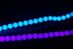 Twee lijnen van het duotoneneon van bokehlichten op zwarte Abstracte achtergrond voor uw ontwerp royalty-vrije stock foto