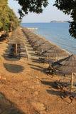 Twee lijnen van paraplu's op een strand royalty-vrije stock afbeeldingen