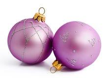Twee lilac Kerstmisballen die op een wit worden geïsoleerd Stock Afbeeldingen