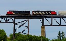 Twee locomotieven op een lange brug stock afbeelding