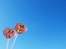 Twee lollys op blauwe hemelachtergrond, liefdeconcept Royalty-vrije Stock Foto's