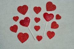 Twee lollys van de hartvorm met een verscheidenheid van schitteren harten Stock Foto