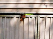 Twee lopers sloten de witmetaaldeur voor het ingangshuis Royalty-vrije Stock Foto