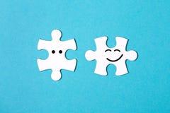 Twee losgemaakte puzzelstukken Royalty-vrije Stock Foto