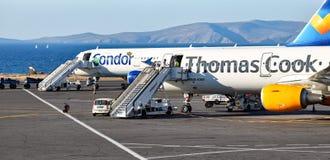 Twee Luchtbusa321 vliegtuigen van de luchtvaartlijnencondor en Thomas Cook stock fotografie
