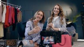 Twee maakt de vrouwelijke manier blogger opname omhoog leerprogramma aan aandeel op sociale media in vlog stock videobeelden