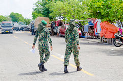Twee Maldivian militaire vrouwen die straat kruisen Stock Fotografie