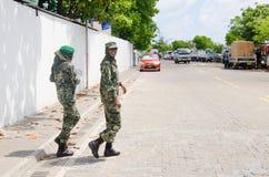 Twee Maldivian militaire vrouwen die straat kruisen Stock Afbeelding