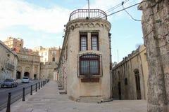 Twee Maltese lege straten komt bij de hoek samen stock fotografie