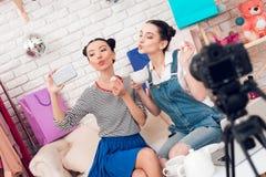 Twee manier blogger meisjes drinken thee met marshmellows aan camera royalty-vrije stock afbeeldingen