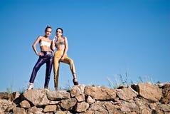 Twee manier jonge vrouw tegen blauwe hemel Stock Fotografie
