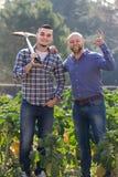 Twee mannelijke landbouwers bij aanplanting Royalty-vrije Stock Afbeeldingen