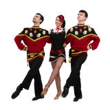 Twee mannen en één vrouw die het volks Russische kostuum stellen dragen Royalty-vrije Stock Afbeeldingen