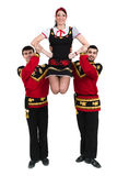Twee mannen en één vrouw die het volks Russische kostuum stellen dragen Stock Foto