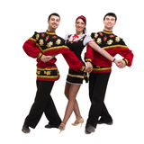 Twee mannen en één vrouw die het volks Russische kostuum stellen dragen Royalty-vrije Stock Fotografie