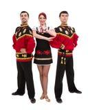 Twee mannen en één vrouw die het volks Russische kostuum stellen dragen Royalty-vrije Stock Foto