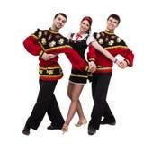 Twee mannen en één vrouw die het volks Russische kostuum stellen dragen Stock Foto's