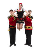 Twee mannen en één vrouw die het volks Russische kostuum stellen dragen Stock Afbeelding