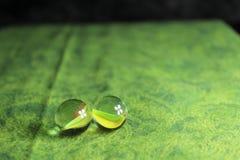 Twee Marmer op Groene Achtergrond Royalty-vrije Stock Fotografie